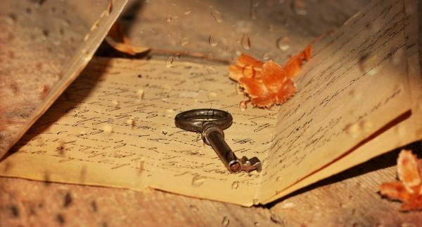 Schlüssel auf einem gefalteten Brief