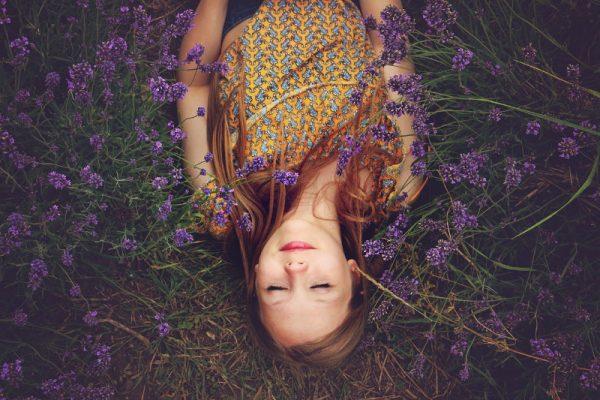 schlafendes Mädchen in lavendelwiese