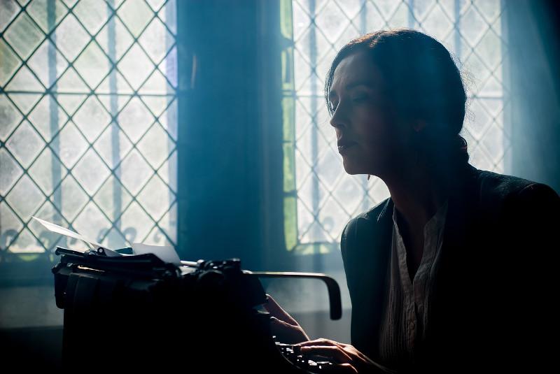 Frau an Schreibmaschine