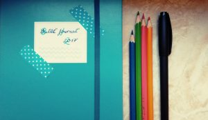 Foto meines Bullet Journals und Stifte